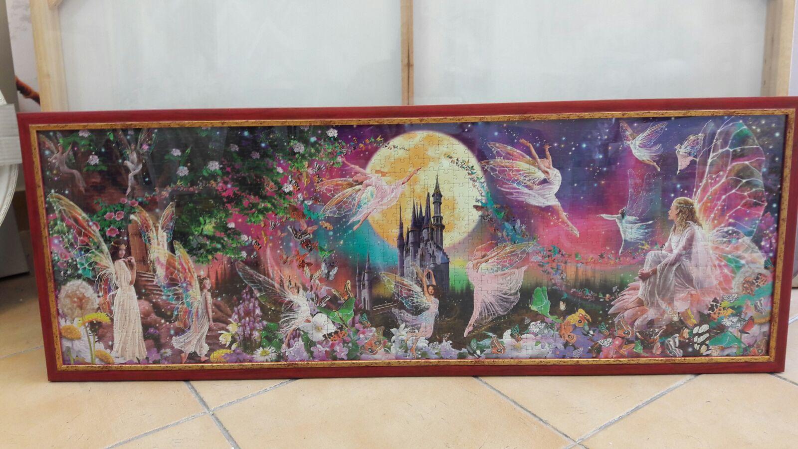 פאזל ציור פיות רוקדות פנורמי מצויר לילדים בסגנון דיסני - צבעי ורוד, צהוב, ירוק. הופך זכרונות קסומים עם ירח ענקי ברקע, הפיות . טירה מרחוק , גן של פרחים מלבלבים , וכן שורה של רוקדי פיות , פאזל שמדמה סצנת קסומה ומתוקה של חלומות .