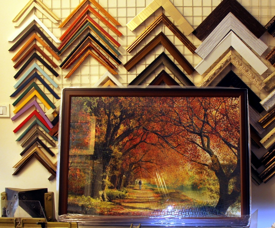 פאזל ממוסגר של נוף בשדרת עצים בסתיו